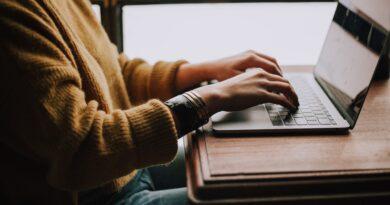 Zdjęcie przedstawiające kobietę piszącą na laptopie