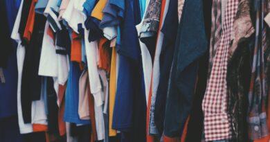 Zdjęcie, przedstawiające ubrania na wieszaku
