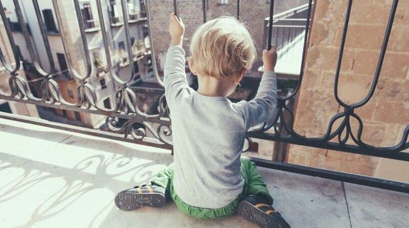 Płaczące dziecko na balkonie. Potrzebna była pomoc strażaków.