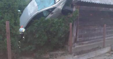 Samochód wylądował pionowo na domku.